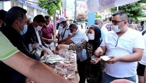 Ayasofya'nın cami olması dolayısıyla vatandaşlara lokma dağıtıldı
