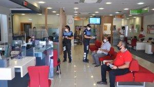 Banka personelleri ve müşteriler maske ve sosyal mesafe konusunda uyarıldı