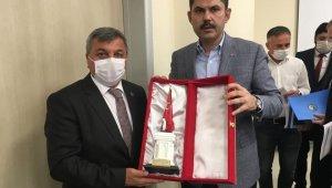 Başkan Arif Teke'den Bakan Kurum'a Şehit Sancaktar Anıtı biblosu hediyesi