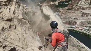 Düşme riski olan dev kayalar dağcılar tarafından böyle temizleniyor
