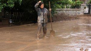 Erzincan'da sağanak sonrası derelerden sel geldi