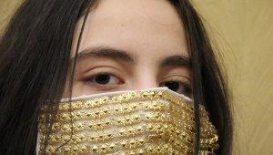 Gelinlere altın işlemeli maske