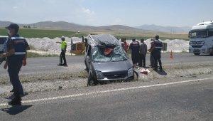 Hafif ticari araç şerit değiştirirken kaza yaptı: 4 yaralı