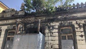 Kars'ta tarihi binanın üzerinde ağaç yetişti