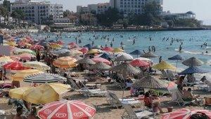 Kuşadası plajlarında insan seli