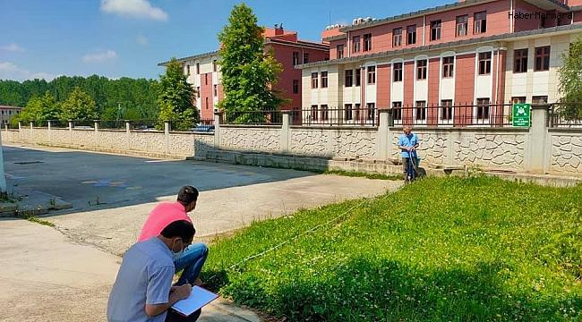 Okul bahçesinde yeşil alan ölçümü yapıldı