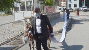 Sanatçı Aydın maske taktığı eşekle hak arayışı için adliye kapısında