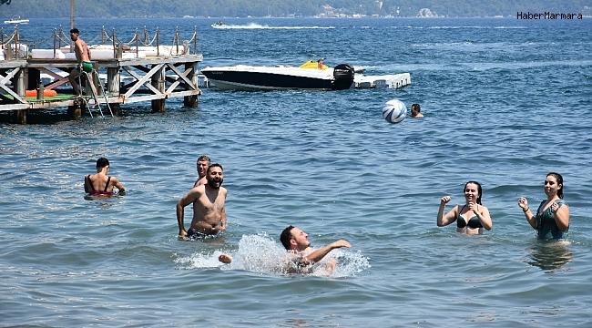 Tatilciler Marmaris plajlarını doldurdu