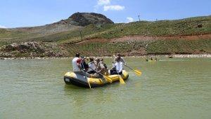 Vali Akbıyık sporcularla birlikte rafting ve kano yaptı