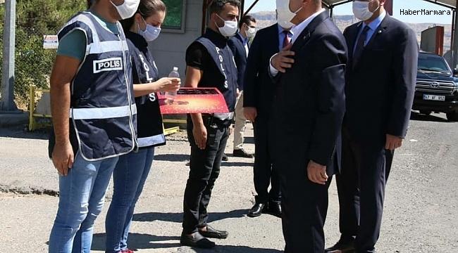 Vali Demirtaş, uygulama noktalarındaki polislerin bayramını kutladı