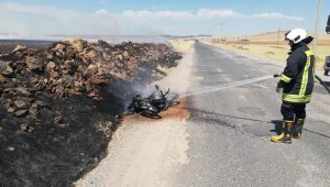 Yol kenarına terk edilen motosiklet cayır cayır yandı