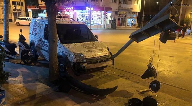 Direksiyon hakimiyetini kaybeden sürücü trafik lambalarına çarptı