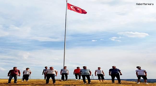 Kemalköy, Yunanistan'ın burnunun dibine dev Türk bayrağı dikti