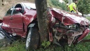 Samsun'da otomobil korkuluklara ve ağaca çarptı: 1 yaralı