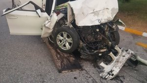 Tesislere dinlenmek için giren otomobil park halindeki otobüse çarptı: 1 ölü, 4 yaralı