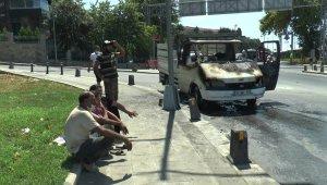Üsküdar'da alev alev yanan araç hurdaya döndü