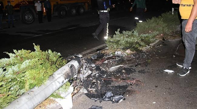 Aydınlatma direğine çarpan otomobil alev alev yandı