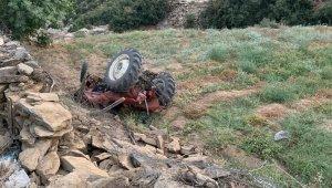 Devrilen traktörün altında kalan genç sürücü ağır yaralandı