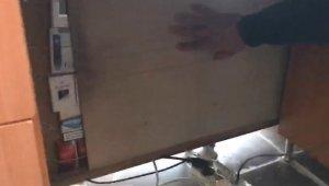Masanın altına yapılan gizli bölmede kaçak sigara çıktı