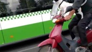 Motosikletli köpek kamerada
