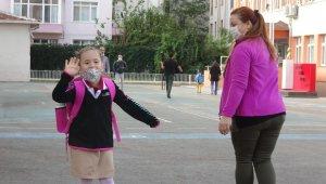 Okulda ilk gün...Minik Emir derse girmek istemeyince, annesine zor anlar yaşattı