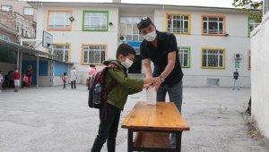 Okulla tanışan minik öğrenciler koşa koşa sınıflarına girdi