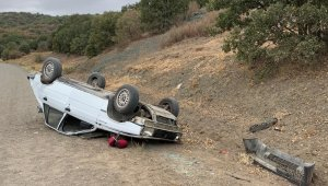 Otomobil köy yolunda devrildi: 1 ölü, 1 yaralı