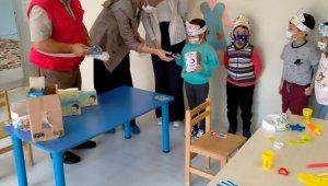Çocuklar çikolata ve maske ile sevindirildi