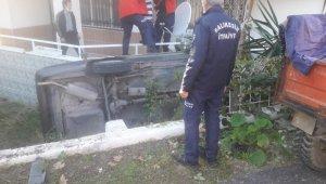 Otomobil evin bahçesine düştü: 2 yaralı