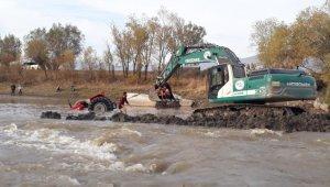 Traktör karasuya gömüldü imdadına DSİ yetişti