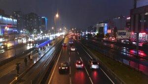 Sokağa çıkma kısıtlaması öncesi metrobüs ve yollarda yoğunluk oluştu