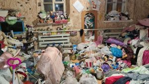 Ukrayna'da çöp yığınıyla dolu evden kurtulmaya çalışan çocuklar polisi aradı