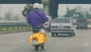 Bursa'da motosiklet sürücüsü elleri cebinde şerit değiştirdi