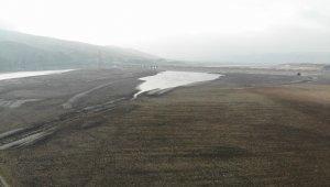 Elazığ'da sular çekildi, barajı besleyen koca nehir dereye döndü