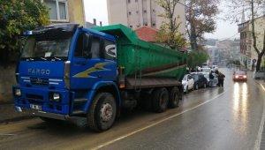 Freni boşalan kamyon, park halindeki 6 aracı biçti