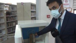 Kitaplar virüse karşı dezenfekte edilerek okuyuculara veriliyor