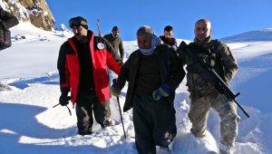 2500 rakımlı dağda mahsur kalan vatandaş 4 saatte kurtarıldı