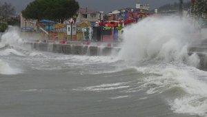 3 metreyi aşan dalgalar sahilleri dövdü