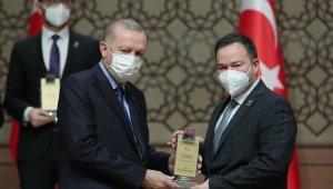 Altay Tayfun Özcan ödülünü Cumhurbaşkanı Erdoğan'ın elinden aldı