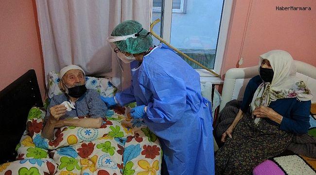 Asırlık çınarlar, evde korona aşısı vuruldu