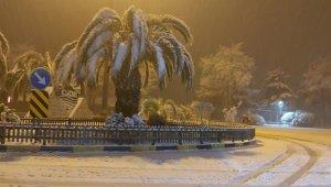 Cide beklenen kar yağışı ile beyaza büründü