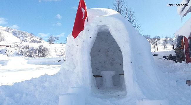Çocukları istedi internette araştırarak köy meydanına iglo ev yaptı