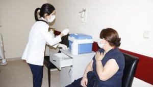 Diyarbakır'da sağlık çalışanlarına korona virüs aşısı yapılmaya başlandı