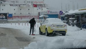 Ekipler çalışamadı, yollar buz ve karla kaplı kaldı