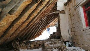 Fırtınanın uçurduğu çatı bir evin üzerine düştü