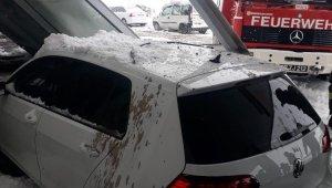 Hastane acilinin girişi çöktü, bir araç cam tavanın altında kaldı