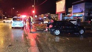 İki otomobil kavşakta çarpıştı; 1 yaralı