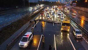 İstanbul'da yön tabelası devrildi trafik kilitlendi!