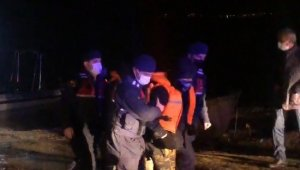 Jandarmadan gecenin karanlığında gölün ortasında balıkçı kurtarma operasyonu