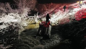 Karlı yolda kayan otomobil dereye uçtu